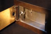 Einbaugehäuse mit Klingelknopf aus Tombak und Edelstahl für ein Bedienfeld einer Alarmanlage
