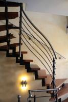 Treppen Geländer aus schwarzem Stahl mit einem Edelstahlhandlauf