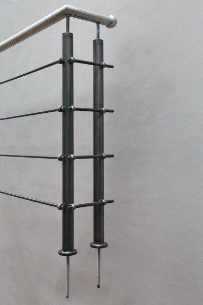 Geländer aus Roh Stahl mit einem Edelstahl Handlauf