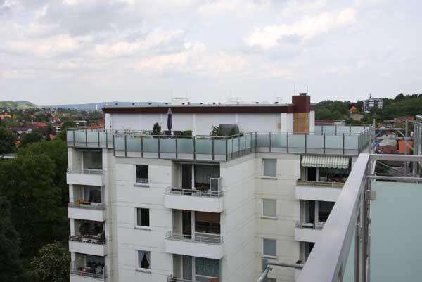 das zweite Penthaus Geländer aus Edelstahl Vierkantrohr und satiniertem Sicherheits Glas