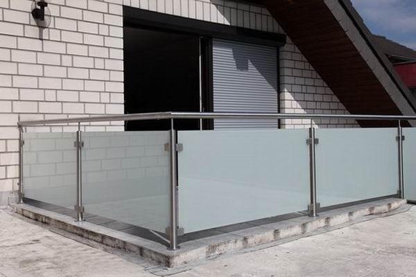 edelstahlgel nder mit einer f llung aus satiniertem glas. Black Bedroom Furniture Sets. Home Design Ideas