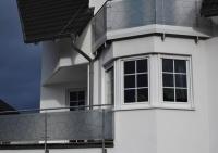 Geländer aus Edelstahl mit Glasfüllung und gedruckter Schmitzstruktur