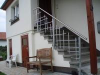 Treppengeländer mit Mondrianstruktur aus feuerverzinktem Stahl