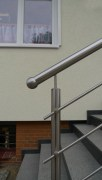 Treppengeländer mit Vordach und seitlichem Windschutz