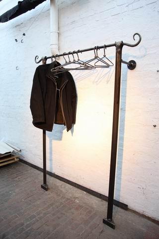 Aus Stahl geschmiedete Garderobe mit geschmiedeten Schnecken an den Enden