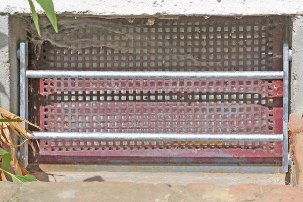 Ein stabiles fenstergitter ist nach wie vor mit der beste for Kellerfenster einbruchschutz