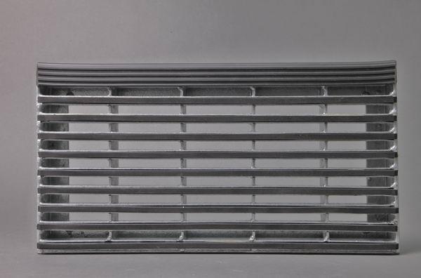 Gitterroststufe aus feuerverzinktem Stahl mit einer Gummieinalge