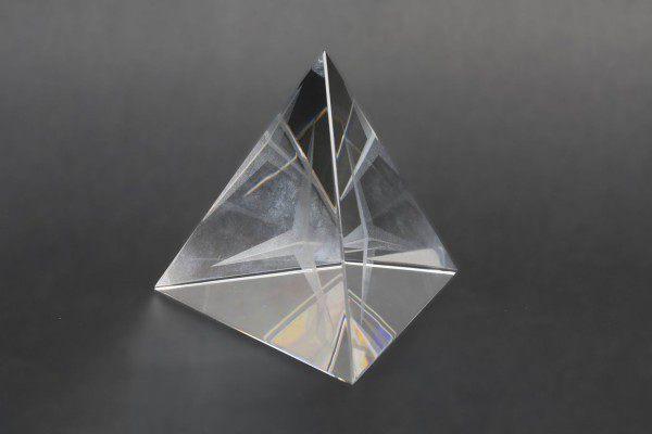 Glastetraeder mit dreidimensional gelasertem Stern in Inneren