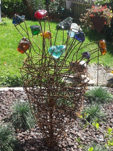Stahlblume mit farbigen Glaselementen