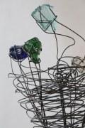 Stahlblume mit farbigen Glasbrocken