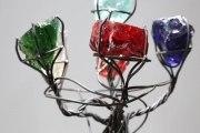 Blumenskulptur aus Glasbrocken und Stahldraht