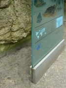 Echte Knochenarbeit, Glasstele für den Gorillaberg im Zoo Hannover