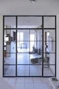 Zwei Glastrennwände im Loftcharakter aus Stahl und Glas