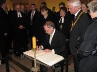 1000 Jahre St. Michaelis mit dem Bundespräsidenten Horst Köhler. Wir durften Stuhl und Tisch für den Eintrag ins goldene Buch der Stadt Hildesheim stellen.