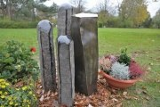 Grabmal aus Basaltstelen und Tombak