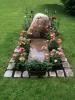 Grabmal mit einem Findling und Tombakelementen