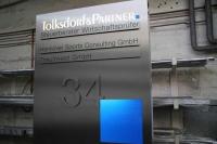 Firmen Schild für das Steuerbüro Tolksdorf & Partner mit hinterleuchteter Schrift und integrierter Hausnummer in Hannover
