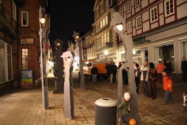 Sprechende Straßenlaterne singt in der Altstadt Nikolauslieder mit Besuchern