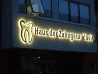 """""""Haus der Zahngesundheit"""" Beleuchtete Edelstahlbuchstaben mit einem Edelstahl Logo"""