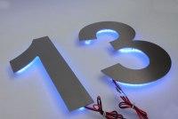Hausnummer aus Edelstahl mit blauen LED