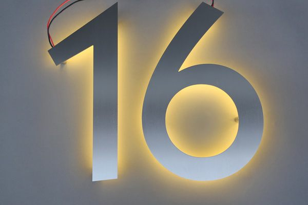 40 cm hohe Hausnummer mit LED hinterleuchtet