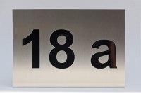 Hausnummer 18 a aus Edelstahl mit schwarzem Plexiglas hinterlegt