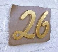 Hausnummern, teilweise vergoldet