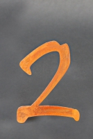"Hausnummer ""2"" aus rostigem Stahl"