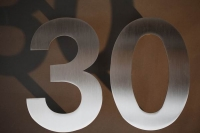 Elegante Hausnummer 30 aus Edelstahl