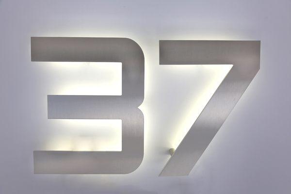 20 cm hohe Hausnummer aus Edelstahl, wahlweise auch mit LED hinterleuchtet.