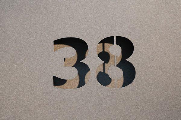 Hausnummer aus Blech gelasert und mit einem zweiten Blech hinterlegt