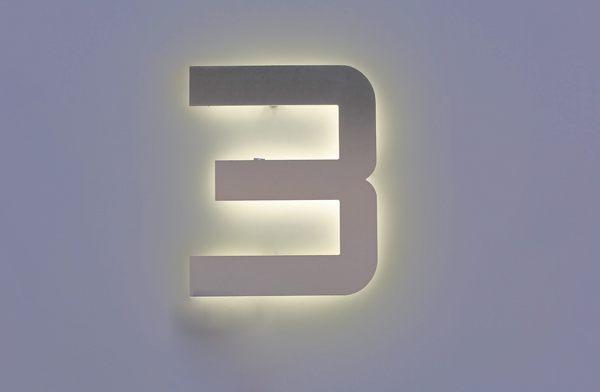 Hausnummer aus Edelstahl, mit LED hinterleuchtet