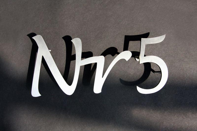 Hausnummer in Schreibschrift aus Edelstahl