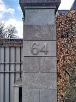 Edelstahl Hausnummer für eine historische Villa