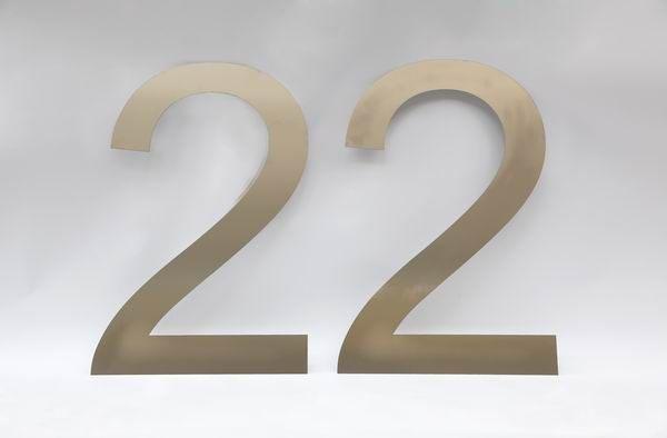 Riesige Hausnummer 22 aus Edelstahl