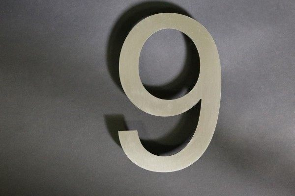 Hausnummer 9 aus Edelstahl gelasert