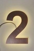 mit LED hinterleuchtete Hausnummer aus Kupfer