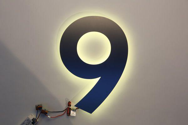 mit LED hinterleuchtete Hausnummer 9
