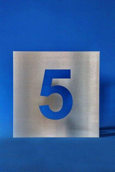Edelstahl Hausnummer mit einer ausgelaserten Ziffer