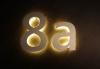 Mit LED hinterleuchtete Hausnummer aus Edelstahl