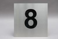 Hausnummer 8 aus Edelstahl mit schwarzem Acrylglas hinterlegt