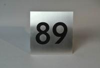 Hausnummer 89 aus Edelstahl mit schwarzem Plexiglas hinterlegt