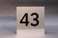 Edelstahlhausnummer mit Plexiglas hinterlegt