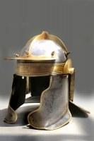 Antik Finish am Nachbau eines römischen Helms