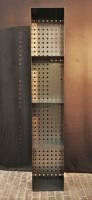 Regal für Kaminholz aus Stahl mit einer Rückwand aus Lochblech