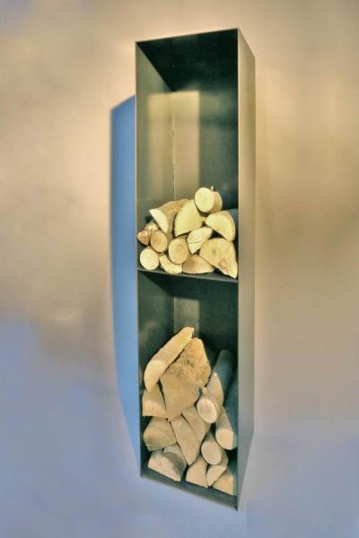 Kaminholz Regal mit einer Rückwand und einem Regalboden