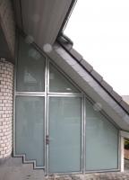 Diesen vorhandenen Carport unter einem Schleppdach haben wir mit Stahl und Glas verkleidet