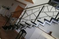 Treppengeländer mit Schmitzstruktur aus 12 mm Vollmaterial.