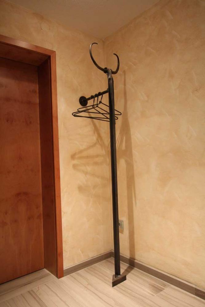 garderobe minotaurus aus stahl geschmiedet. Black Bedroom Furniture Sets. Home Design Ideas