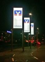 Info Stelen für die Volksbank in Hildesheim bei Nacht